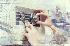 妇女开放保险柜 免版税库存图片