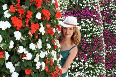 妇女开花,女孩夏天室外画象,窥视  库存图片