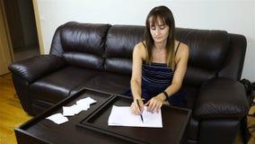妇女弄皱一张纸并且在她后投掷它 影视素材