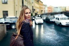 妇女式样摆在街道 免版税库存图片