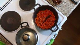 妇女引起红萝卜油煎的片断  其次在平底深锅准备的意粉 影视素材