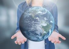 妇女张开拿着世界地球地球的棕榈手 库存图片