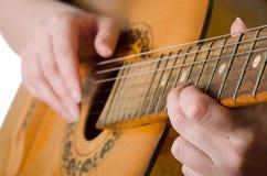 妇女弹一把声学吉他 库存图片