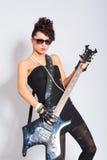 妇女弹一把电吉他 免版税库存图片