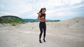 妇女当场进行赛跑为了在训练前舒展肌肉 股票录像