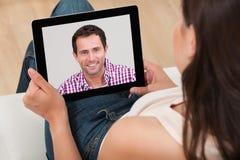 妇女录影聊天与人 免版税库存图片