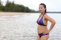妇女形状与比基尼泳装在海滩相当放松 库存照片