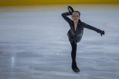 妇女形象溜冰者执行小鸡夫人自由滑冰的节目在米斯克竞技场杯 免版税图库摄影