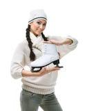 妇女形象溜冰者递一只冰鞋 免版税库存照片