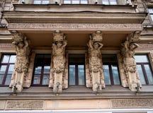 以妇女形象的形式支持房子79的阳台的涅夫斯基远景的 免版税库存图片