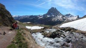妇女徒步旅行者在法国比利牛斯采取照片山,Pic du密地d Ossau 影视素材