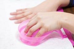 妇女得到在美容院的修指甲 现有量温泉 修指甲概念 免版税库存照片