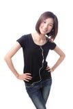 妇女微笑愉快的听的音乐 库存图片