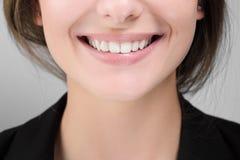 妇女微笑特写镜头与白色健康牙的 库存图片