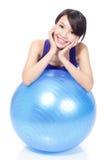 妇女微笑的倾斜在pilates球 免版税库存照片