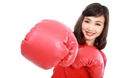 妇女微笑的愉快的佩带的红色拳击手套 免版税库存照片