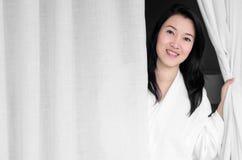 妇女微笑的白色长袍 免版税库存图片