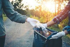 妇女志愿者帮助无用单元收集慈善 免版税库存图片