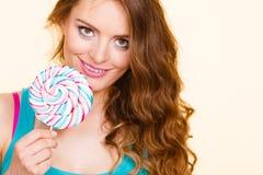妇女快乐的女孩用棒棒糖糖果 库存图片