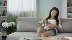妇女怀投入女用连杉衬裤的孩子涉及腹部,与婴孩的通信 股票视频