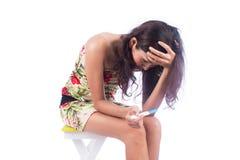 妇女怏怏不乐对于结果妊娠试验 免版税库存照片