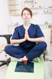 妇女思考牙医的医生祈祷,放松或者 图库摄影