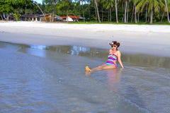 妇女性感的比基尼泳装和帽子阳光在海滩 免版税库存图片