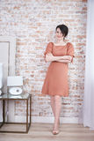 妇女性感的美丽的构成头发给时尚样式穿衣 免版税库存图片