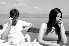 妇女恼怒对电话的丈夫在蜂蜜月亮期间 库存图片