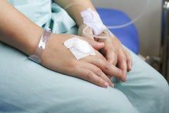 妇女患者在有盐静脉注射的医院 免版税库存图片