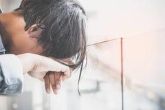 妇女悲伤和寂寞 免版税库存图片
