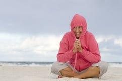 妇女愉快在冷秋天天气的海滩 免版税库存图片