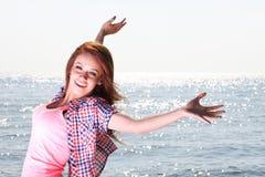 妇女愉快的微笑的快乐的美丽的年轻快乐的白种人fe 免版税库存图片