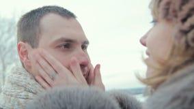 妇女感人的男朋友面颊 影视素材
