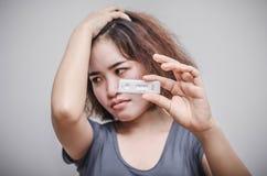 妇女感受不快乐以后认识妊娠试验结果 免版税图库摄影