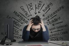 妇女感觉注重与在书桌上的财政图 免版税图库摄影