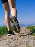 妇女慢跑者的腿和鞋子 免版税库存照片
