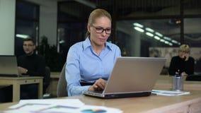 妇女懊恼与喧闹的同事,恶劣的工作条件,紧张工作 股票视频