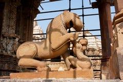 妇女戏剧的雕塑与老虎的 免版税库存图片