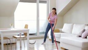 妇女或主妇有拖把清洁的在家难倒 股票录像