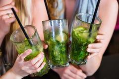 妇女或同事在咖啡馆、酒吧或者餐馆 免版税图库摄影