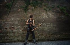 妇女战士为射击从弓做准备 库存照片