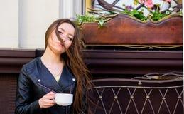 妇女户外饮料咖啡 平安的富启示性的片刻 女孩在咖啡馆热奶咖啡杯子放松 咖啡因药量 咖啡为 图库摄影