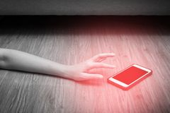 妇女手为有红色斑点的手机到达 紧急概念 免版税图库摄影