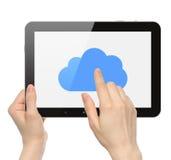 妇女手举行和有云彩的触板个人计算机 免版税库存图片