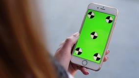 妇女手举行的巧妙的电话 绿色屏幕色度钥匙 关闭 跟踪行动 垂直 奶油被装载的饼干 6 股票录像