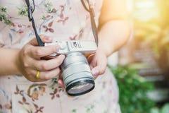 妇女手举行镜子较少数字照相机游人摄影 库存图片