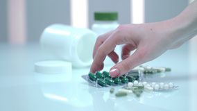 妇女手作为胶囊药片包裹 同种疗法药物药片 胳膊关心健康查出滞后 股票录像