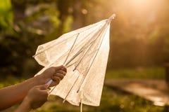 妇女手关闭和在雨以后保留一把伞 库存图片