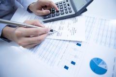 妇女手和业务报告 免版税库存照片